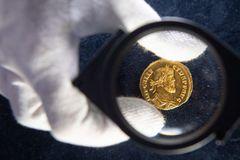 Ăn may vớ đồng xu vàng hiếm có, bán được hơn 16 tỷ