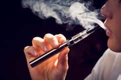 Bị cấm bay vĩnh viễn vì hút thuốc lá điện tử