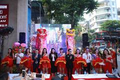Quang Hà 'chiêu đãi' fan Hà Nội bấp chấp thời tiết nóng bức