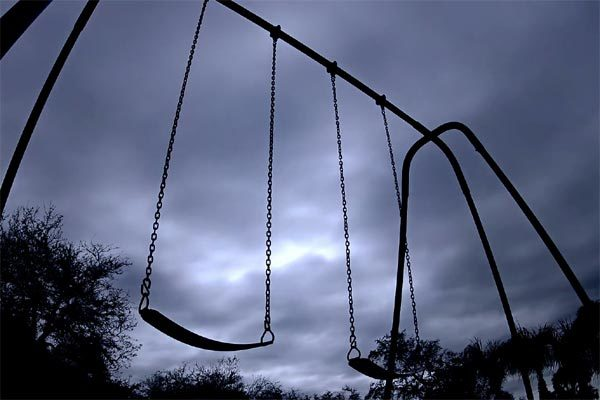 Ghế xích đu trong công viên tự đung đưa bí hiểm ban đêm