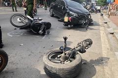 Ô tô con húc loạn xạ trên phố ở Hạ Long