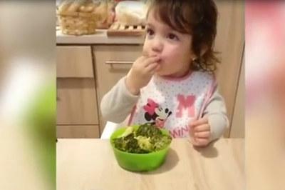 Video bé từ chối sôcôla, đòi ăn rau khiến người xem thích thú