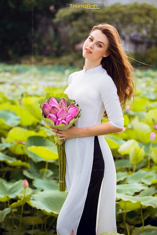 Vẻ đẹp rực rỡ của cô gái nước ngoài bên sen Hồ Tây