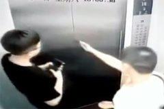 Thanh niên khoe võ, đấm bay cửa thang máy