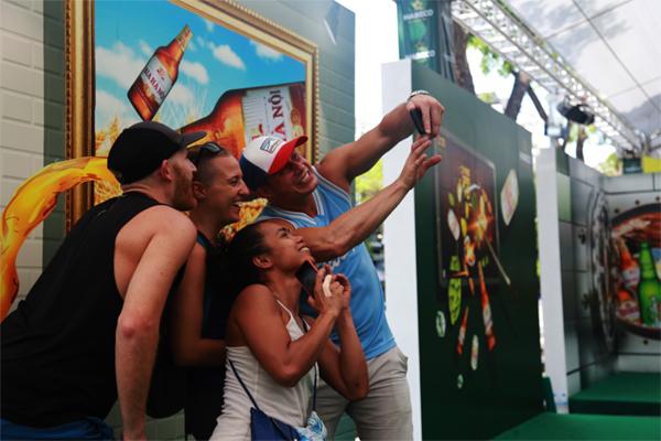 Hàng nghìn bạn trẻ chung tay ghép tranh mosaic khổng lồ ở Hồ Gươm