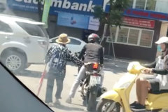 Cảm động cảnh biker đủn xe dẫn cụ bà sang đường dưới nắng nóng 40 độ
