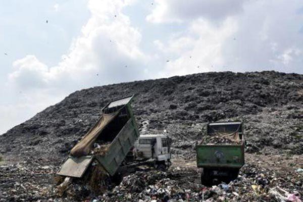 Cận cảnh 'ngọn núi' rác khổng lồ, cao ngất ngưởng