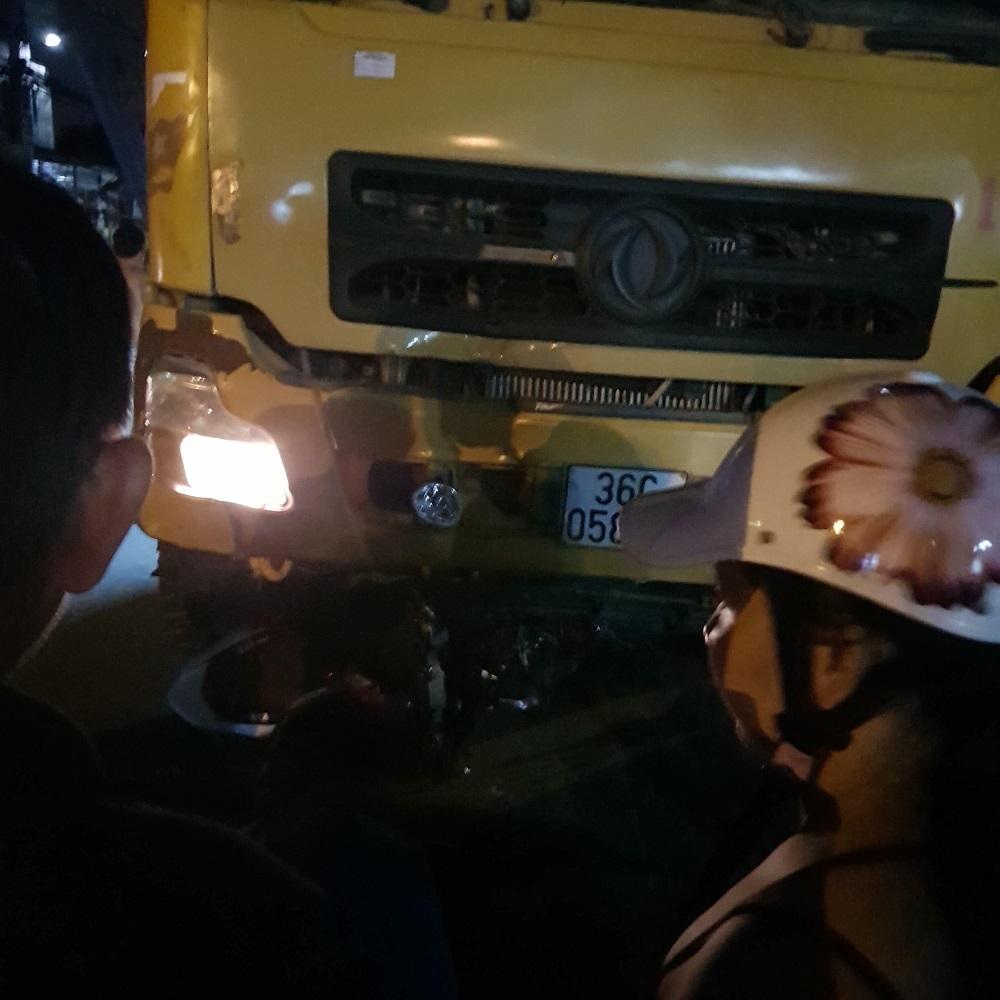 Xe ben lao qua đường tông liên tiếp xe máy, cô gái 19 tuổi chết oan