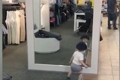 Video: Cậu bé tìm bạn mới trong gương khiến người xem bật cười