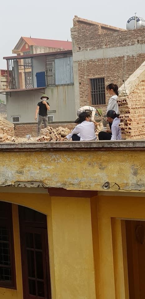 Cô giáo phạt học sinh đội nắng đẽo gạch trên mái trường