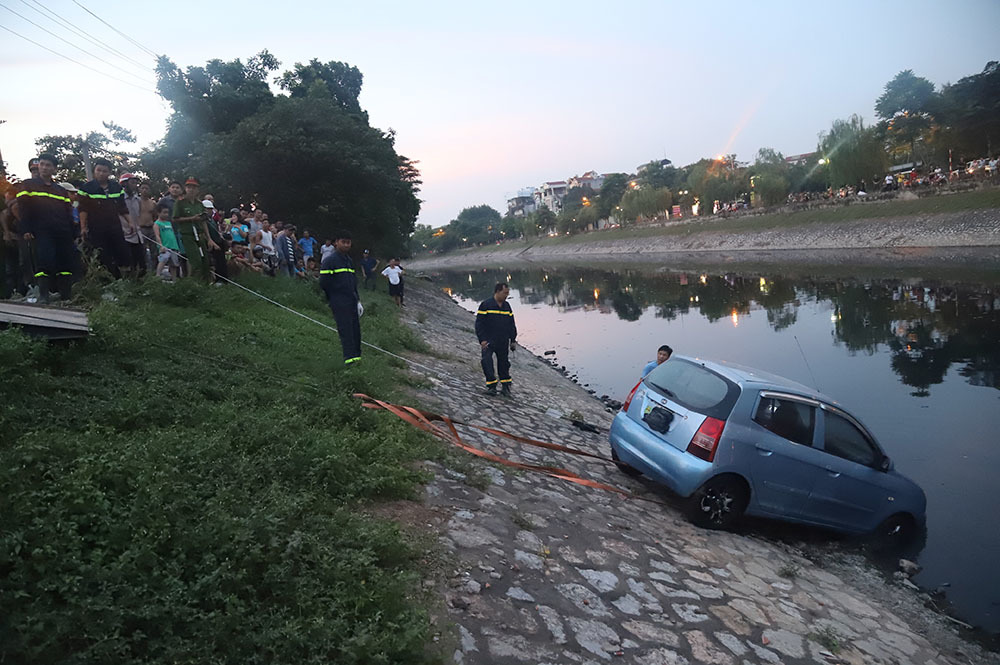 Đứng kín bờ Tô Lịch xem giải cứu xế hộp lao xuống sông