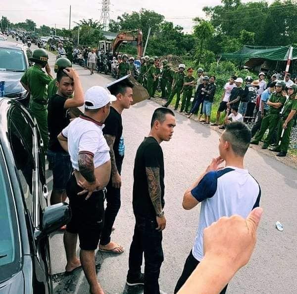 Hàng chục giang hồ vây xe cán bộ công an trước quán nhậu ở Đồng Nai