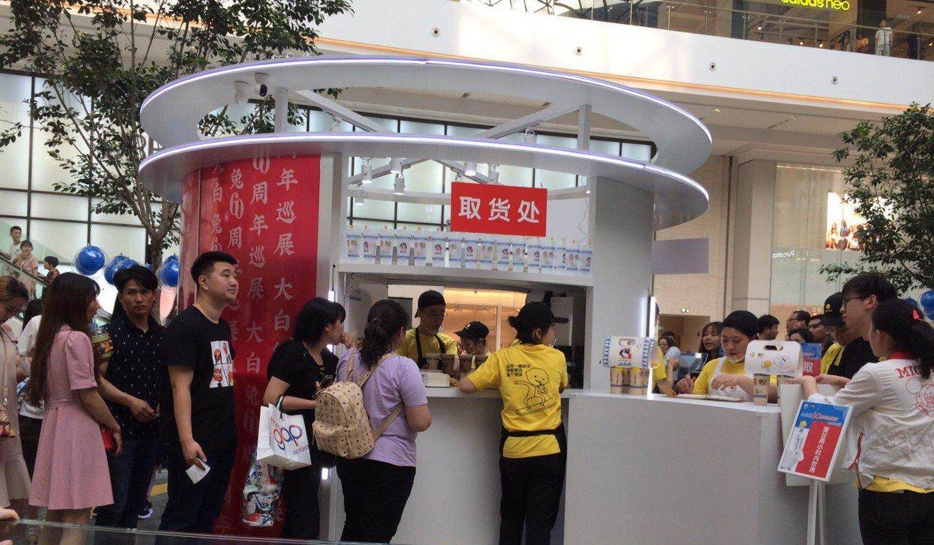 Xếp hàng mua trà sữa giá cao để ủng hộ hàng nội địa