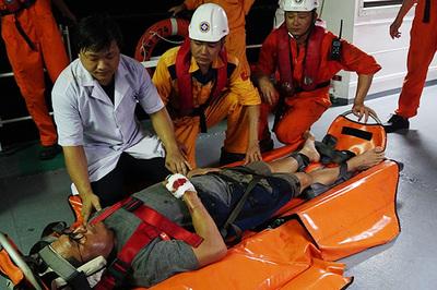 Vượt biển đêm cứu thủy thủ Philippines gặp nạn trên biển