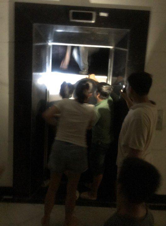 Mắc kẹt trong thang máy, nỗi ám ảnh dân chung cư