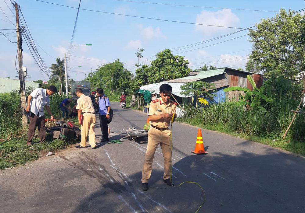 Người đàn ông bị xe máy của mình đè chết thảm trên đường