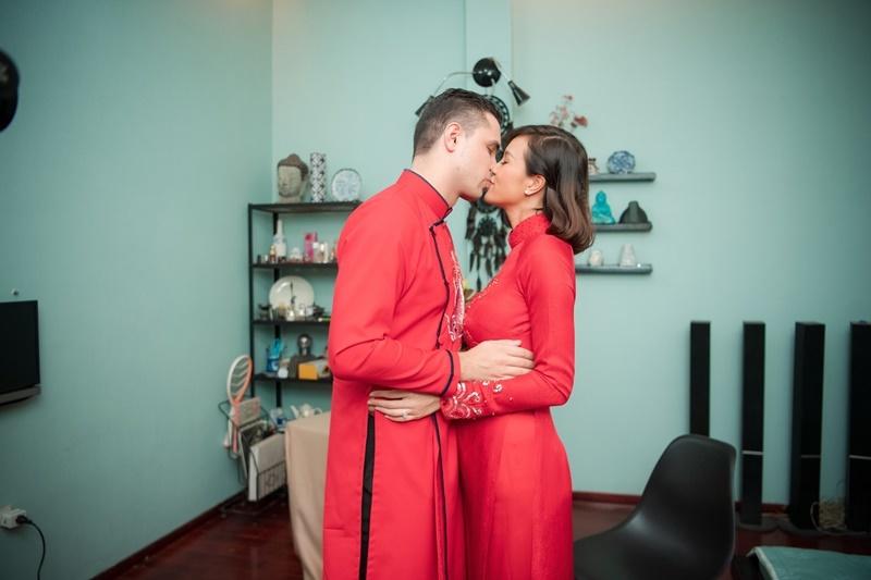 Chú rể Tây mặc áo dài đỏ nồng nàn hôn Phương Mai trong lễ ăn hỏi