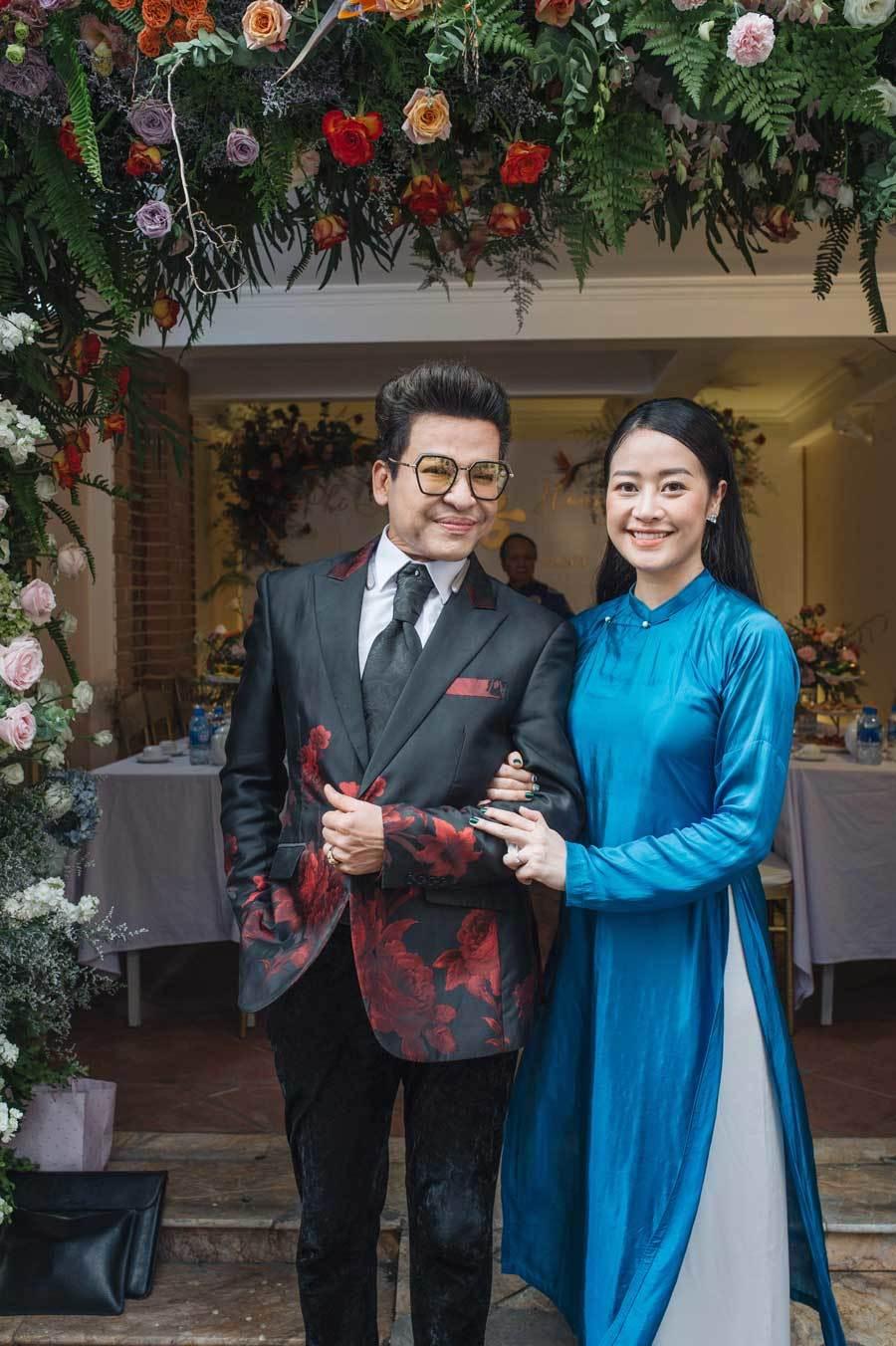 Đội bê tráp toàn MC trong đám hỏi Phí Linh và chồng biên tập viên VTV