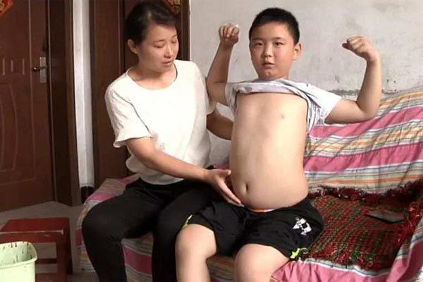 Chuyện cảm động về bé trai cố ăn nhiều mỗi ngày để cứu mạng cha