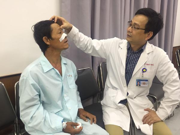 Người đàn ông bị kẹt đầu đũa trong mắt suốt 4 năm mà không biết