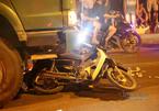 Xe tải cuốn 2 phụ nữ dừng đèn đỏ vào gầm, 1 người chết ở Hà Nội