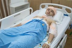 Akira Phan đăng ảnh băng bó khắp người trên giường bệnh