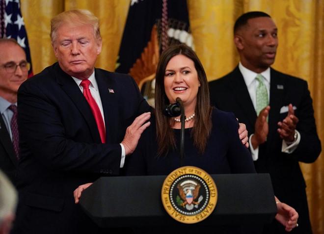 Nữ thư ký trung thành của ông Trump bất ngờ nghỉ việc
