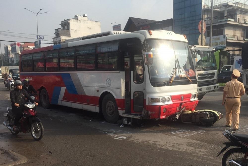 Xe khách lùa cả loạt xe máy dừng đèn đỏ ở ngã 3 Biên Hòa
