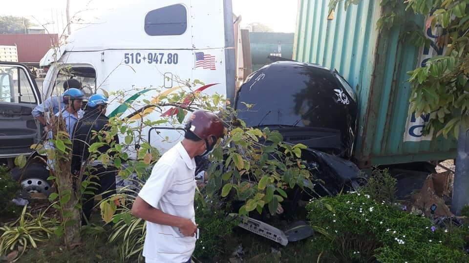 Xe container tông ô tô con ở Tây Ninh, 4 người một nhà cùng tài xế chết kẹt