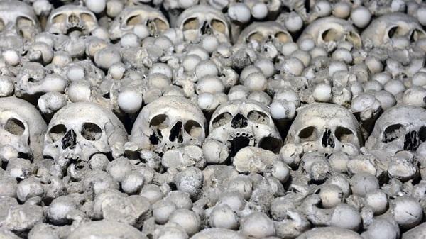 Cảnh khó tin trong nhà thờ chứa 40.000 bộ xương người