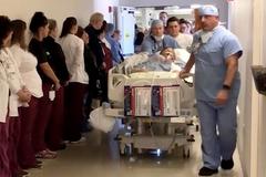 Hơn 100 y bác sĩ xếp hàng tri ân hành động cao cả trước khi chết của nữ y tá