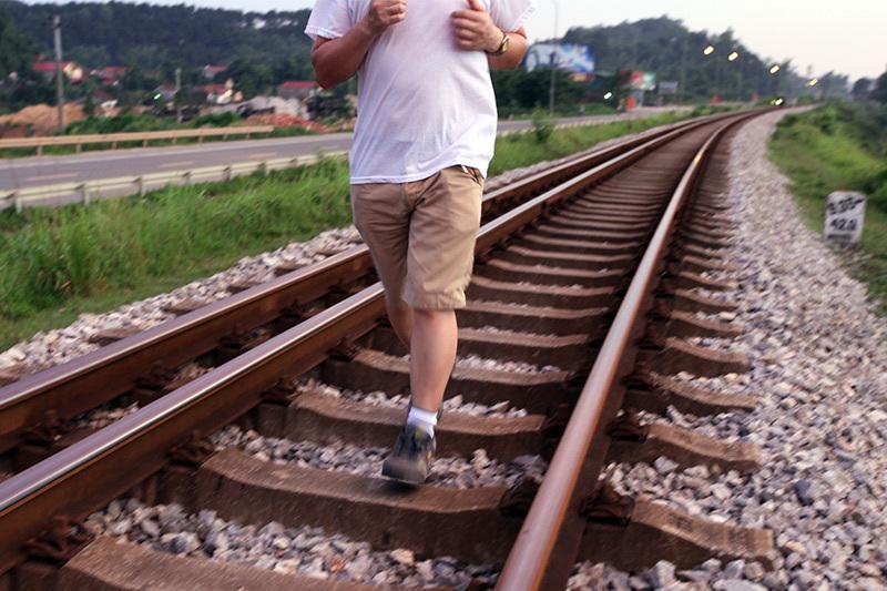 Quần cộc áo ngắn U60 giỡn mặt tử thần, khoe cơ bắp trên đường ray