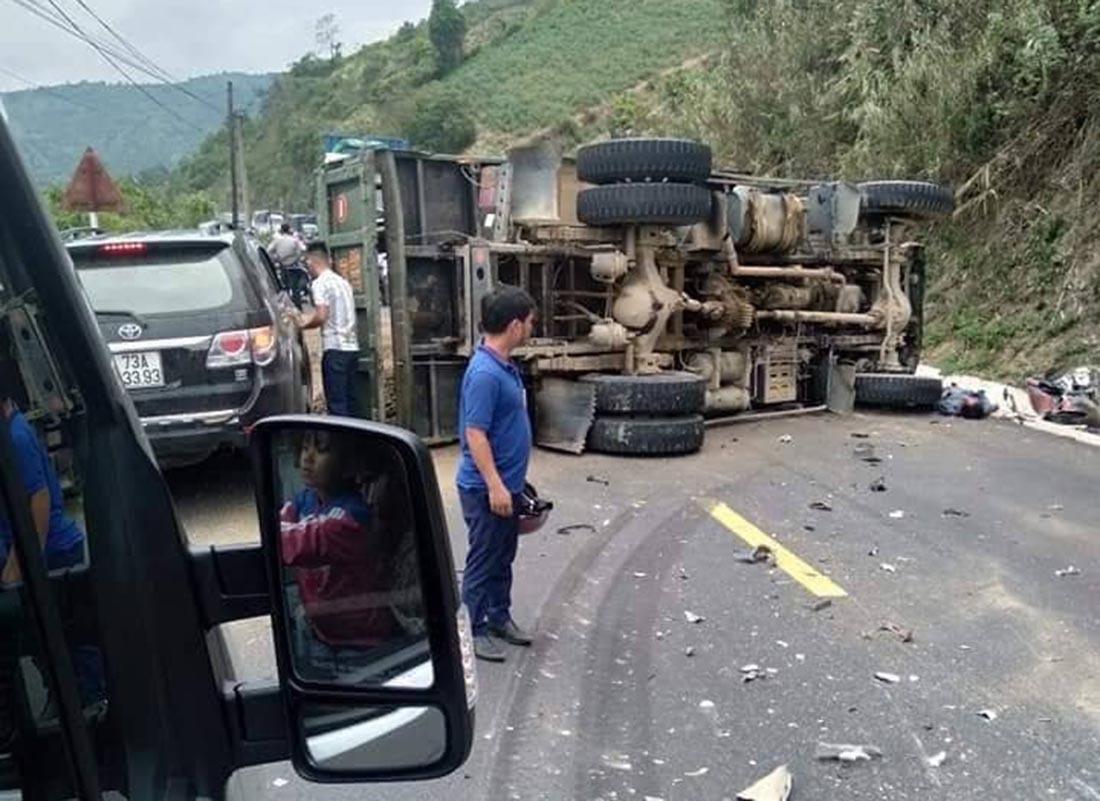 Va chạm với xe tải ở Quảng Trị, 1 người chết, ùn tắc nghiêm trọng