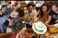 Bố Sơn 'Về nhà đi con' được tổ chức sinh nhật bất ngờ, nhưng hành động 'lén lút' của Quốc Trường lại bị chú ý