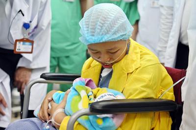 Giây phút oà khóc khi mẹ con bé Bình An gặp nhau