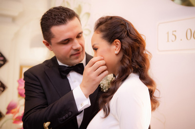 Chú rể lau nước mắt cho Phương Mai trong ngày cưới