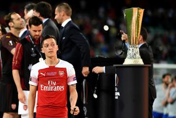 """Arsenal bán """"ông kễnh"""" Ozil, chiêu mộ Hakim Ziyech"""