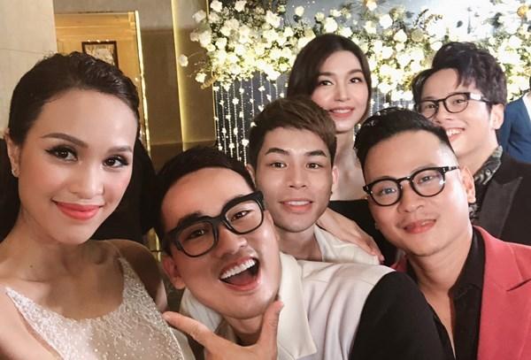 MC Phương Mai tươi tắn selfie cùng dàn sao Việt trong lễ cưới