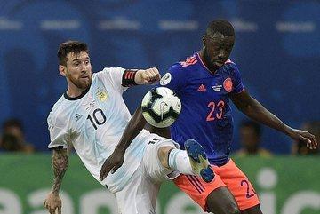 Messi mờ nhạt, Argentina thua đau trận ra quân Copa America