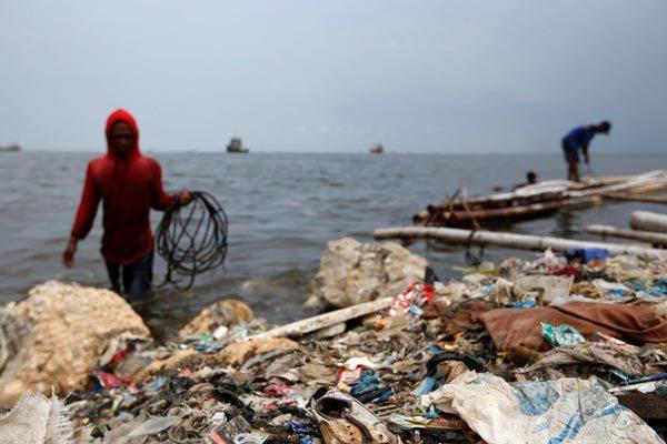Châu Á 'nóng' cuộc chiến chống nhập rác từ phương Tây