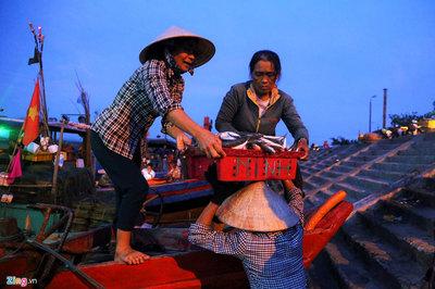 'Đội quân tóc dài' vận chuyển hàng tấn cá lúc rạng sáng