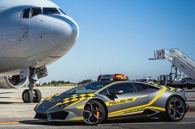 Sân bay Ý chơi trội bằng siêu xe Lamborghini chạy dẫn đường