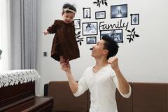 Quốc Nghiệp khiến khán giả thót tim khi diễn xiếc cùng con gái 6 tháng tuổi