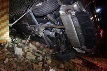 Xe Mercedes tông sập một loạt nhà dân, 3 người thương vong