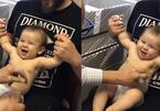 Video: Bé bị 'lừa ngoạn mục' khi được bác sĩ tiêm phòng