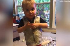 Video: Phản ứng cực dễ thương của bé khi bị mẹ ăn hết kẹo