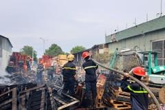 Cháy lớn suốt 3 giờ tại xưởng gỗ 1000m2 ở Quảng Nam