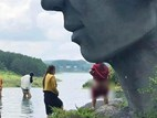Choáng váng người phụ nữ ngang nhiên cởi quần phóng uế ngay dưới bức tượng nổi tiếng Đà Lạt