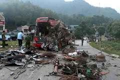 Xe tải chở sắt đâm xe giường nằm ở Hòa Bình, 3 người chết, 38 người bị thương