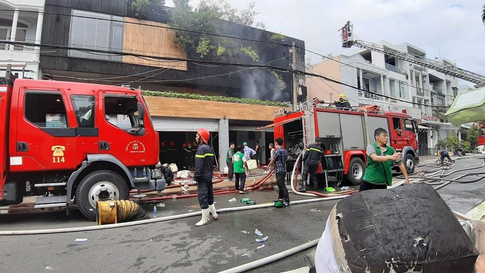Cháy dữ dội loạt nhà xưởng ở Sài Gòn, 2 bà cháu trèo tường thoát thân